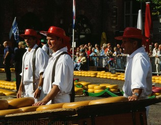 The cheese carrier guild consists of four groups of seven men each. Each group has its own colour: red, yellow, green or blue.